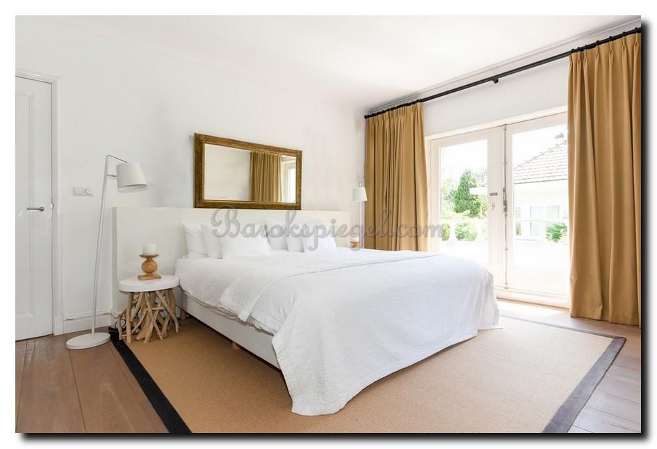 Grote spiegel boven bed in slaapkamer