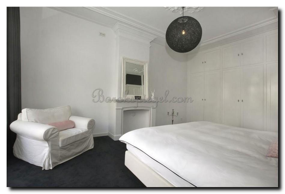 Witte barok spiegel in slaapkamer